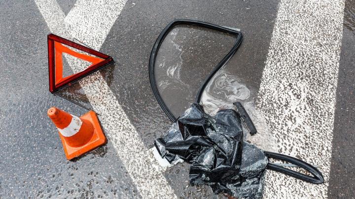 «Водителя увезли в реанимацию»: в Волгограде летевшую по встречке машину отбросило на столб