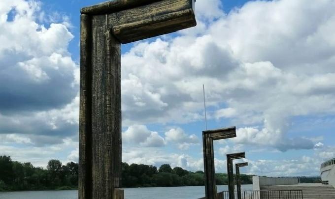 «Эшафот и мешок»: уфимцы сравнили новые столбы на набережной с виселицей