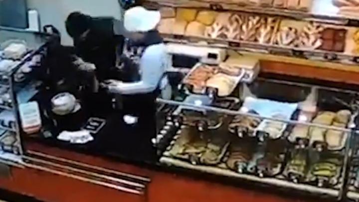 В Самаре храбрая продавщица спасла пекарню от грабителя с молотком