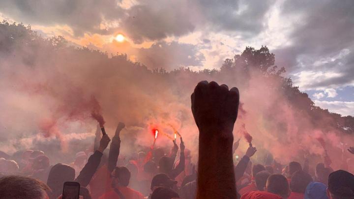 Стадион в дыму фаеров: болельщики «Спартака» устроили марш у «Самара Арены»