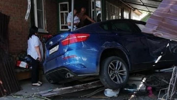 Уходил от погони: в Шахтах иномарка на огромной скорости влетела во двор частного дома
