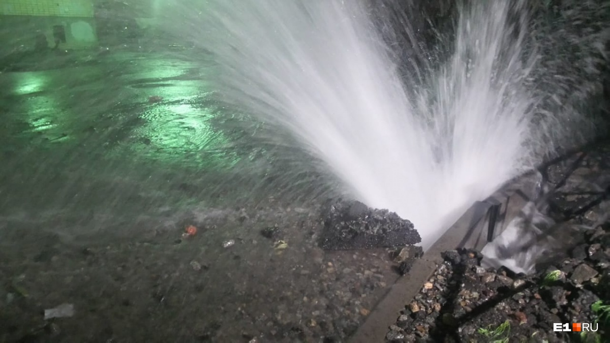 Вода бьет из-под земли