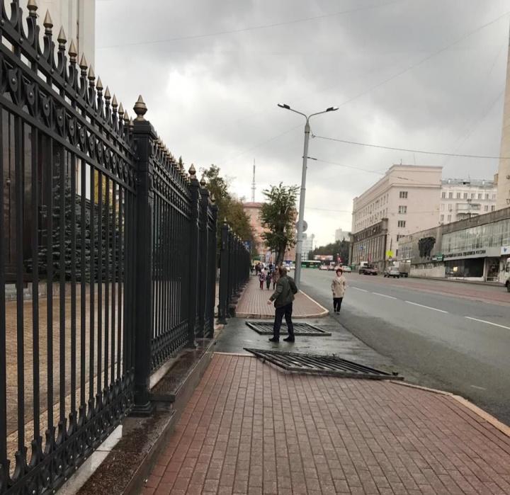 Возле здания правительства Челябинской области свалились ворота