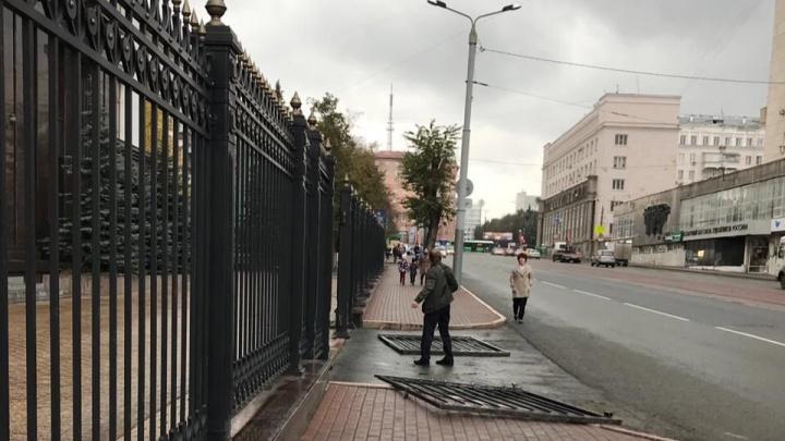 «Нечего прятаться»: у здания правительства Челябинской области рухнули ворота