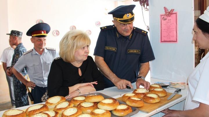 Шьют форму и пекут пирожки: самарскому омбудсмену показали будни женщин-заключенных