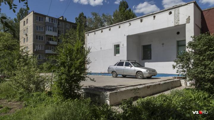 В Волгограде Сбербанк заставили снести самовольно построенный гараж