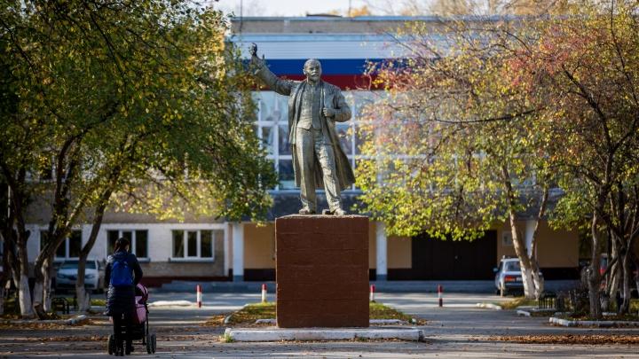 «Здесь все свои»: репортаж с окраины Новосибирска, где живут военные и заводчане (тут как в СССР!)
