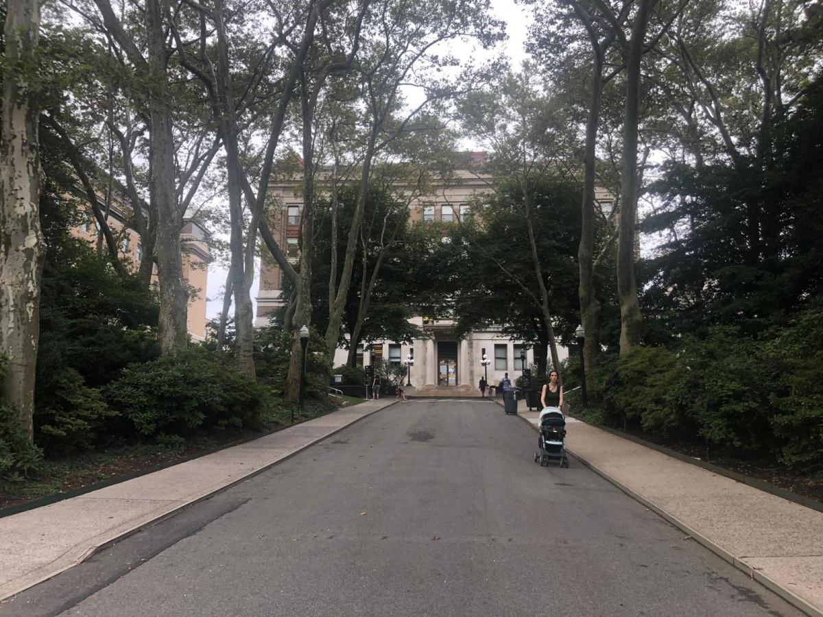 На заднем плане главный корпус Рокфеллеровского университета