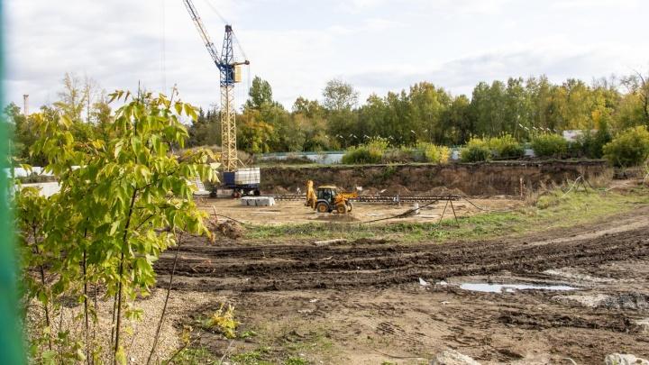 В парке 30-летия ВЛКСМ возобновили масштабную стройку. Все делают вид, что ничего не происходит