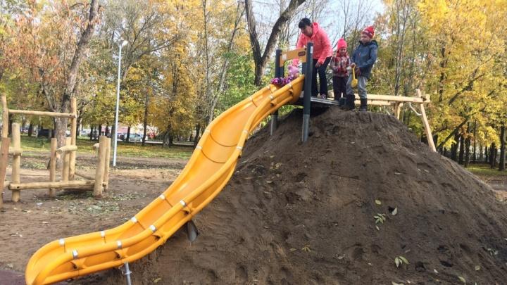 Шёл 2019-й: в Ярославле сделали детскую горку из грязи