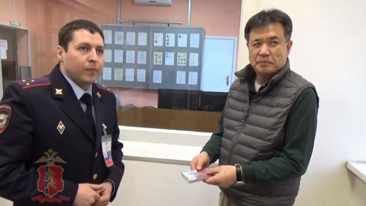 Сознательный таксист вернул забытую сумку с паспортом туристу из Японии