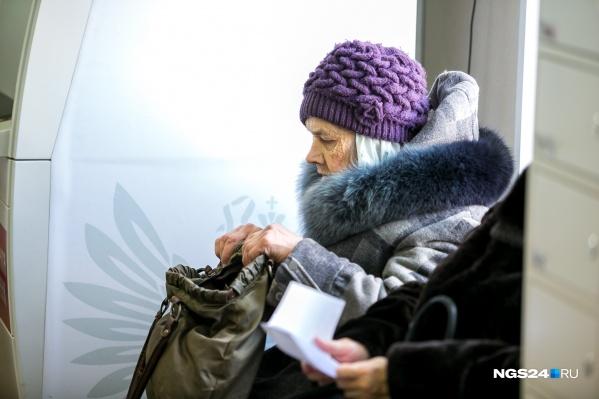 Пожилые люди часто подписывают документы, не вчитываясь, что становится причиной неприятностей