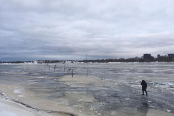 Люди опасаются, что лёд тонок, и при выходе на переправу для них есть риски<br>