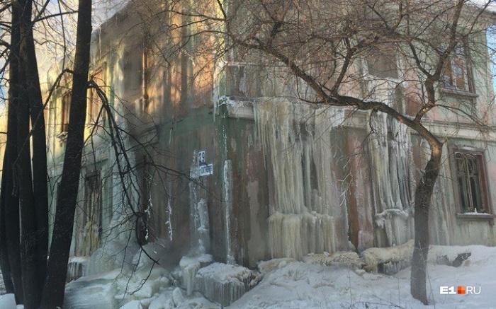 Дом №29 на улице 40 лет Октября покрылся сосульками