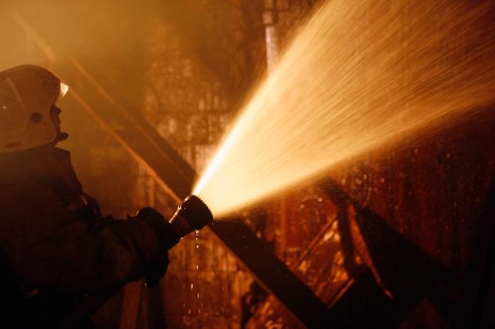 В центре Кемерово ночью вспыхнул жилой дом: пожарные спасли 11 человек
