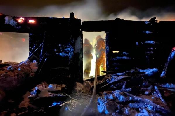 Деревянный дом тушили две команды добровольцев и спасатели МЧС, но все было напрасно