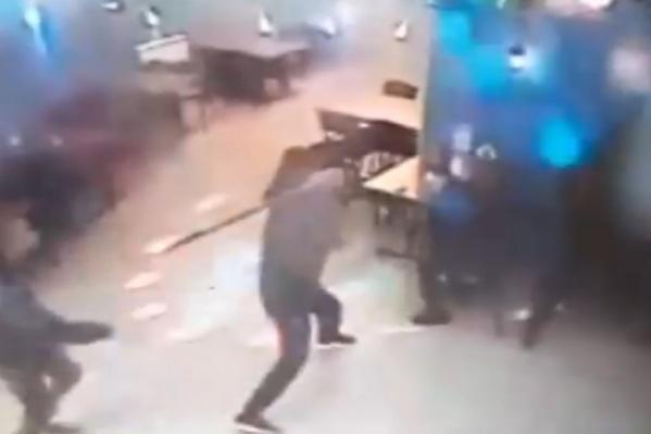 Молодой человек взял в гараже биту и вернулся в бар, чтобы избить людей