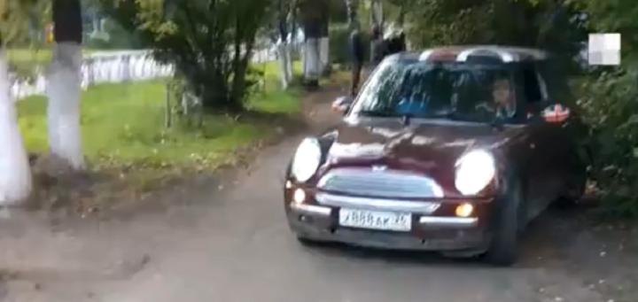 «Пожалуйста, проезжайте!»:в Ярославле женщина на MINI Cooper проехала по тротуару