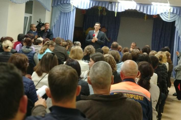 Павел Перевалов на сегодняшнем срочном собрании с жильцами Ставропольской, 1