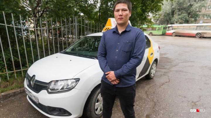 В Перми наградили таксиста, спасавшего пассажиров автобуса на Гайве
