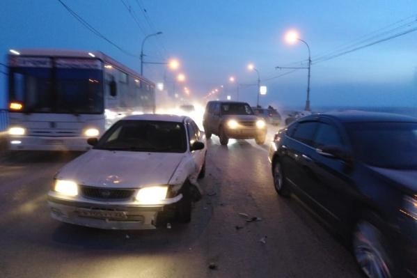 Из-за аварии движение по Коммунальному мосту затруднено в обоих направлениях