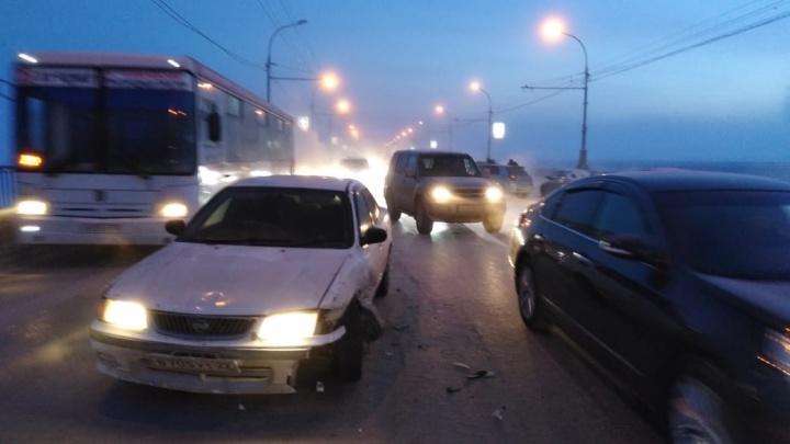 Авария с тремя иномарками парализовала движение по Октябрьскому мосту