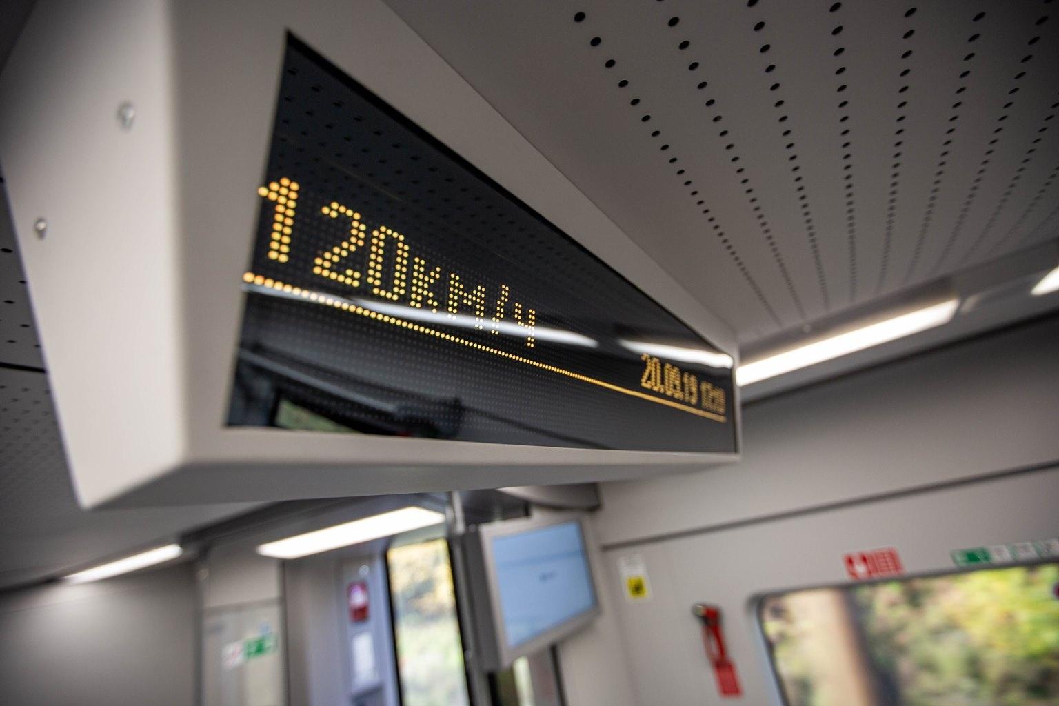 Из других развлечений в поезде — узкое табло в каждом вагоне. На нём показывают температуру воздуха внутри и снаружи, а также скорость, с которой движется «Ласточка», в реальном времени. Вообще, её максимальная скорость 160 км/ч, но, как замечают эксперты, далеко не вся железнодорожная инфраструктура готова выдержать такие скорости