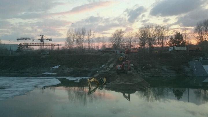 На Шлюзе в Новосибирске утонул экскаватор