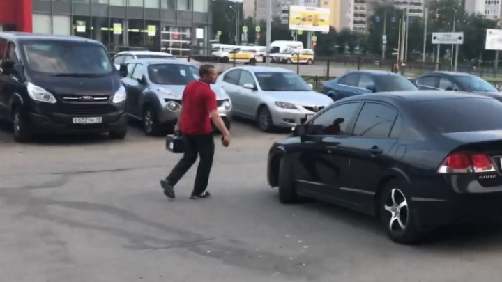 В Екатеринбурге вор попытался украсть аккумулятор, но вынужден был уносить ноги от хозяина