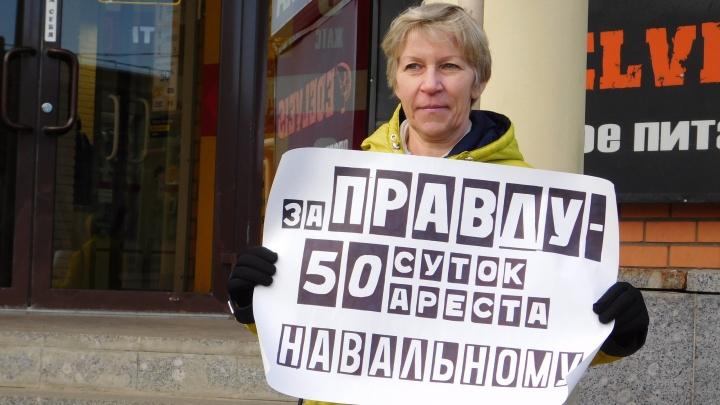 Одна в центре города: волонтёр штаба Навального провела акцию в поддержку арестованного политика