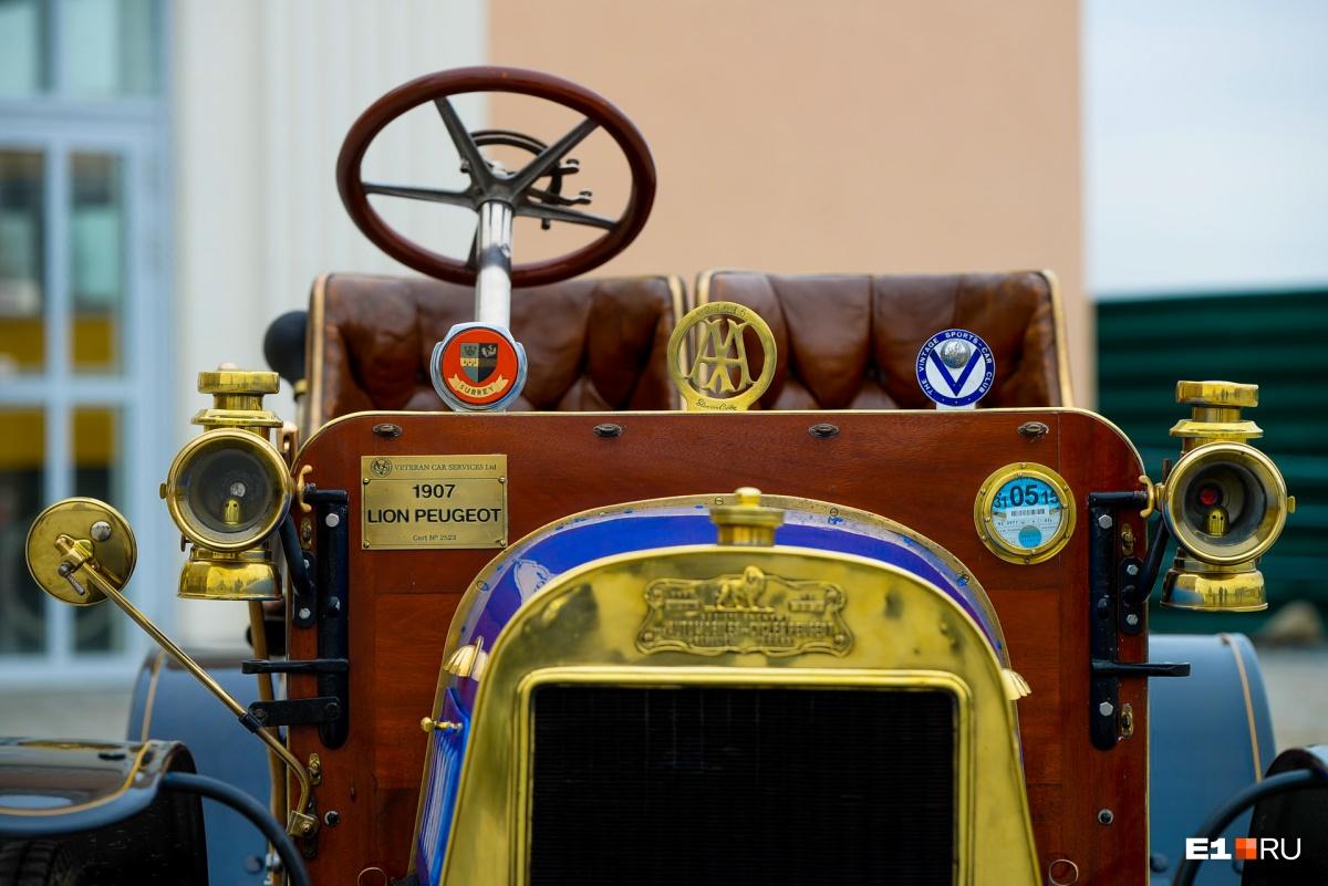 Медали об участии в ралли красуются на передней части автомобиля