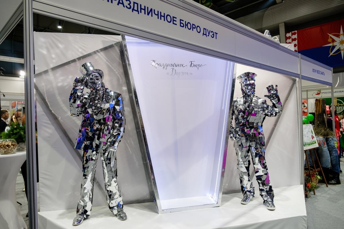 Танцоры в зеркальных костюмах стали украшением выставки