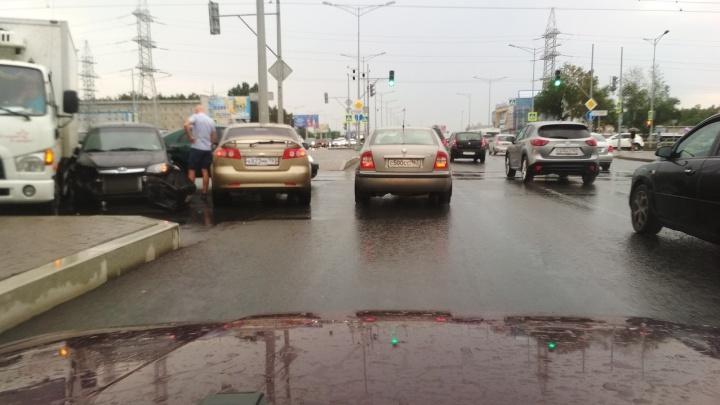 Два автомобиля Chevrolet перекрыли трамвайные пути на Московском шоссе