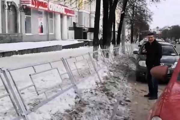 То ли из-за снега, то ли еще по какой причине, но кое-где забор уже покосился