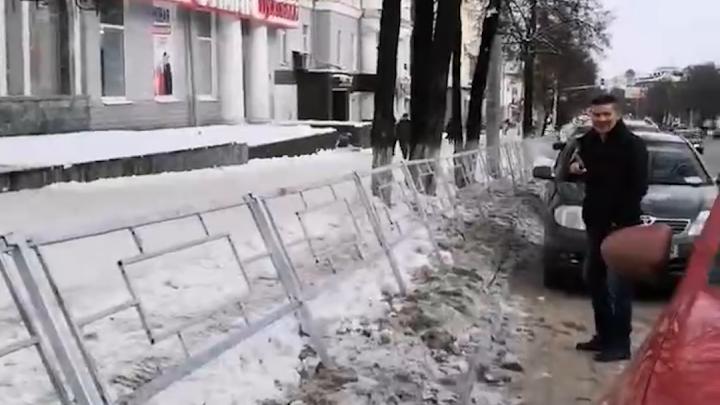 В Уфе оградили тротуары. Очевидцы сняли на видео, как горожане вынуждены скакать через забор