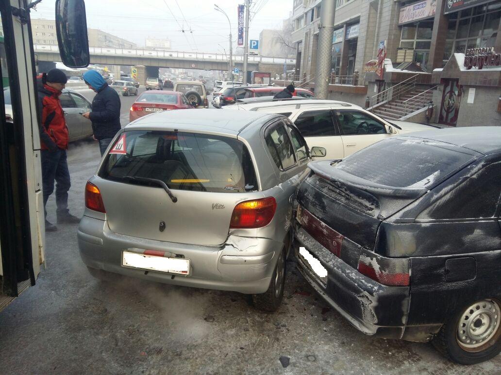 ВНовосибирске произошла массовая авария сучастием автобуса