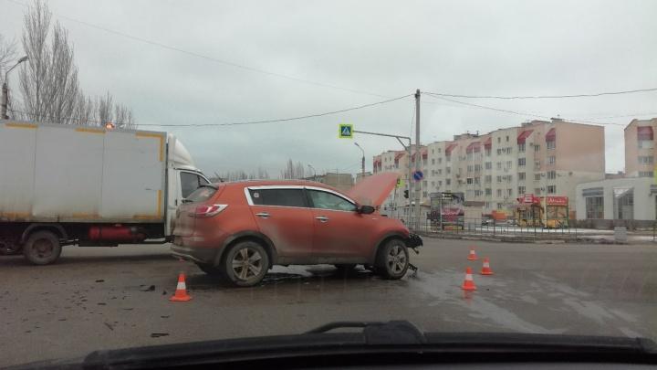 Оба водителя в больнице: жесткое ДТП в Волжском сняли камеры наблюдения