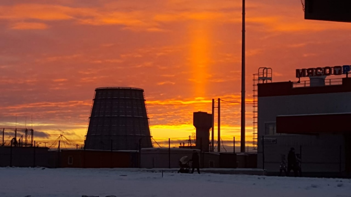 Екатеринбуржцы сняли необычный закат, похожий на свечу: подборка фото