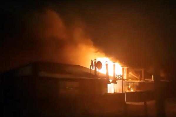 Пожар мог представлять опасность для ближайших построек — это школа и жилые дома