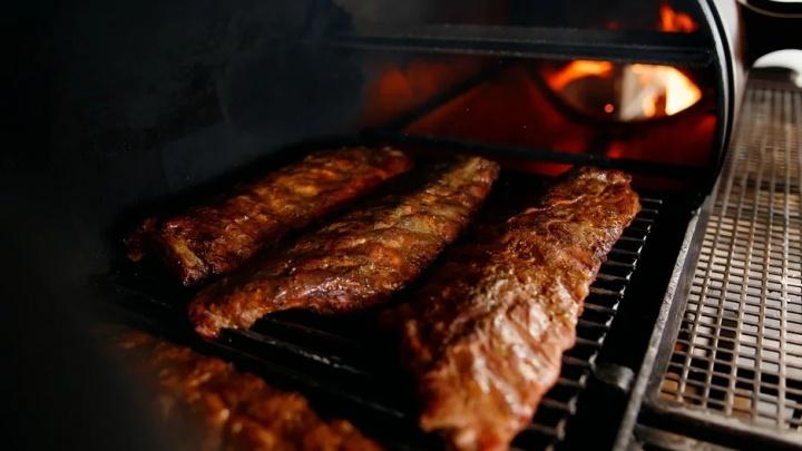 Теперь и в Тюмени: рёбра из смокера можно купить за 95 рублей на летней веранде ресторана «Дым»