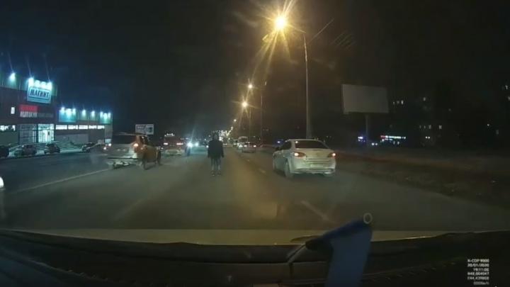 «Когда сказали про полицию, сразу ушла»: волгоградка бросалась под машины на Второй Продольной