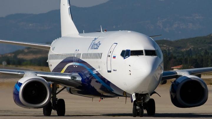 Самолет с трещиной в стекле сел в аэропорту Красноярска