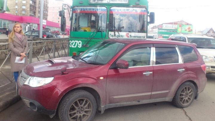 Троллейбус с пассажирами протаранил внедорожник на улице Кирова