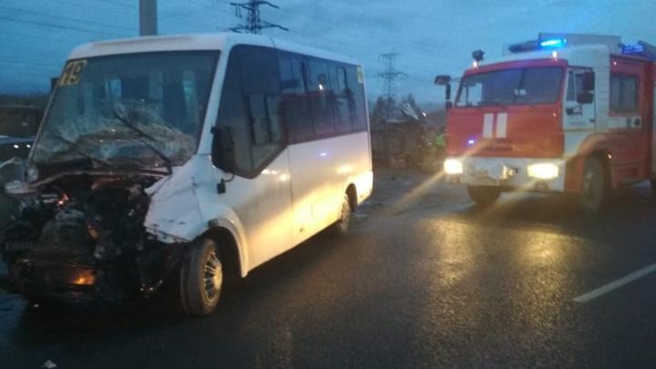 В Челябинске полная маршрутка перевернулась после столкновения с фургоном, есть пострадавшие