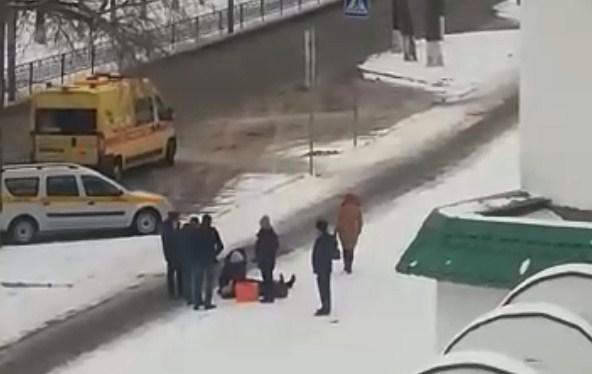 В Башкирии мужчина умер прямо на улице. Очевидцы сняли на видео, как медики пытались его спасти