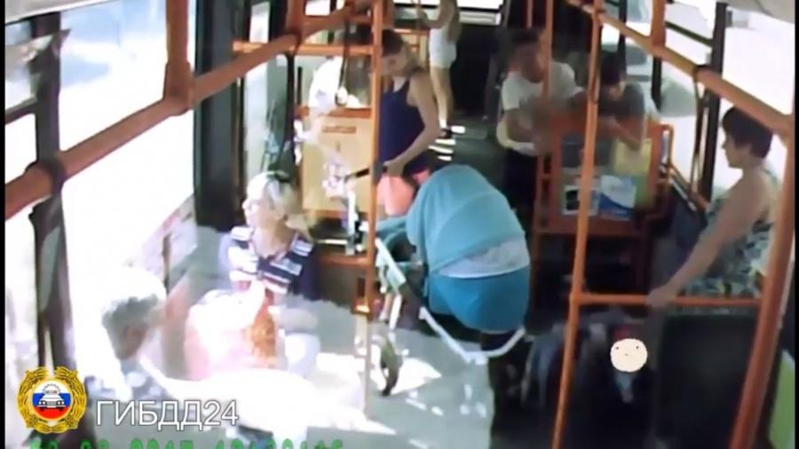 Вкрасноярском автобусе опрокинулась коляска с сыном