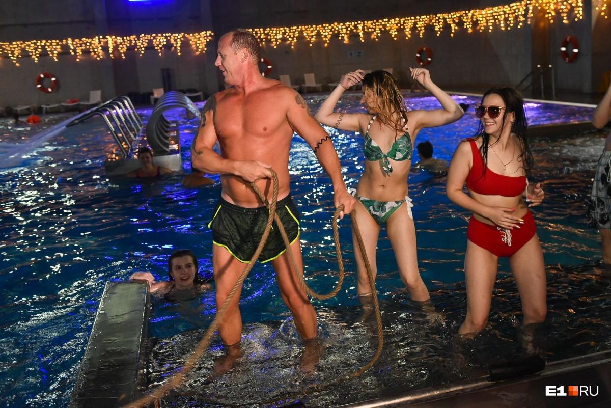 И ночью жарко: горячий фоторепортаж с ночного купания в Екатеринбурге