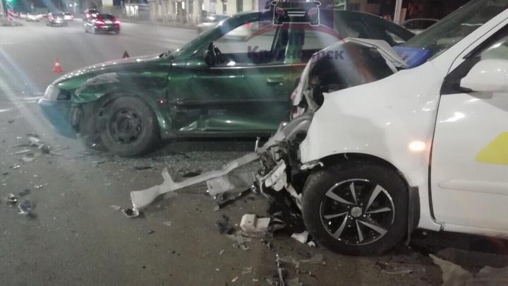 Пассажирка пострадала в искорёженном после аварии такси. Видео