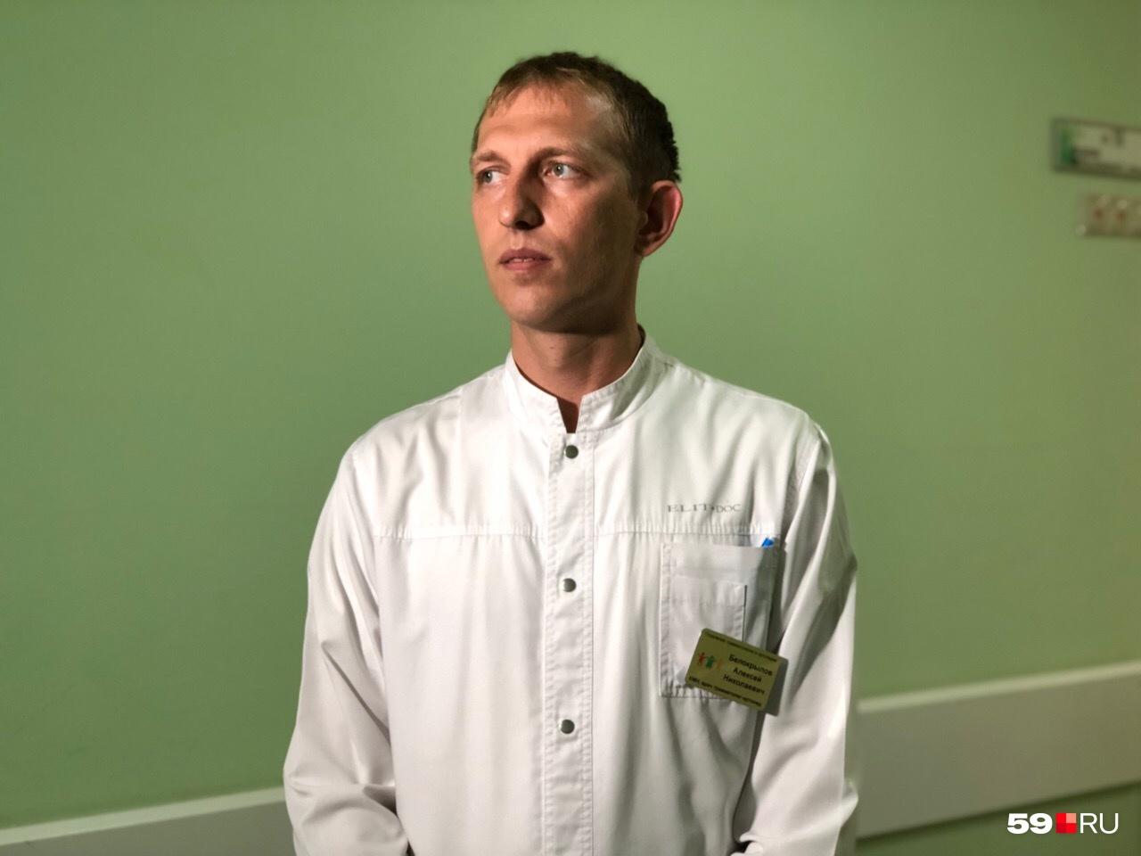Травматолог-ортопед Алексей Белокрылов трудился вместе с реаниматологами и сосудистыми хирургами