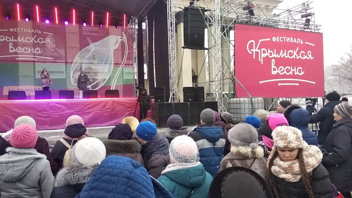Митинг крымской пятилетки: новосибирцы пришли к оперному отмечать юбилей присоединения Крыма